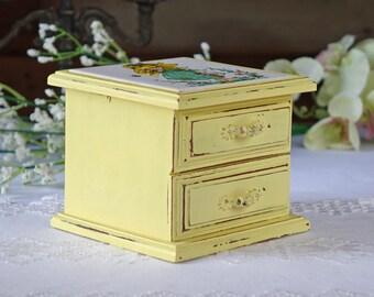 Vintage jewelry box - Upcycled jewelry box - Shabby Chic jewelry box - Cottage style jewelry box