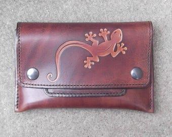 Blague à tabac en cuir semi rigide , décor gecko (salamandre ), couleur chocolat (16 coloris au choix) .