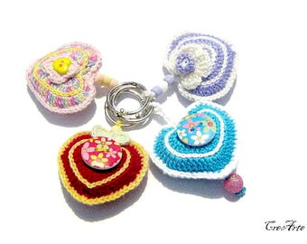 Colorful crochet heart keychains, portachiavi colorati a forma di cuore all'uncinetto