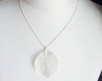 Philomena necklace and its filigreed leaf - elegance and sophistication