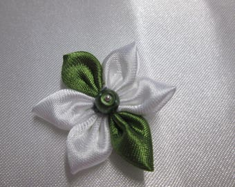 Green and white satin with a flower is adorned with a Pearl satin green in the Center