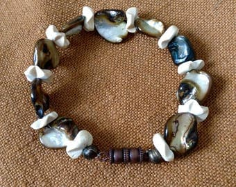 Bracelet with pearls and mother of Pearl ivory color carved coconut