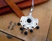 Collier ethnique berbère nomade, métal argent gravé et onyx véritables, chaîne argent 925, collier noir et argent, boho boheme, cadeau femme