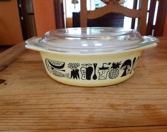 Vintage Pyrex Mod Kitchen pattern 1.5 quart casserole with lid.