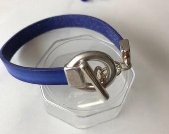 Bracelet en cuir bleu et fermoir original T en métal argenté