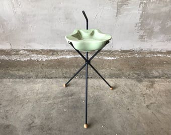 Ashtray catch allwith metal stand