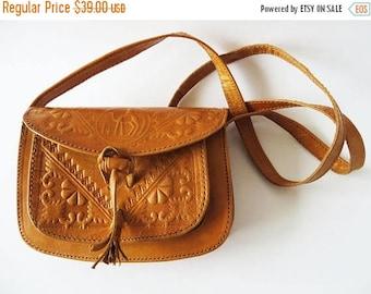 CIJ SALE Vintage 70s Tooled Leather Saddle Bag Caramel Brown Bag Small Shoulder Bag Thick Leather Bag Genuine Leather Crossbody Purse Festiv