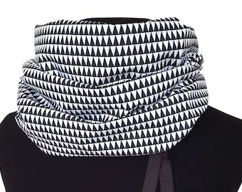 Snood in black and white triangles fabric