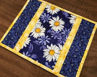 Quilted mug rug, daisy mug mat, snack mat, candle mat, trivet, Quiltsy handmade, Item #239