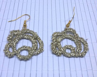 Earrings of gold shimmering glitter yarn in Occhitechnik or boat lace