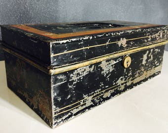Coffre vintage en métal avec trois petits compartiments