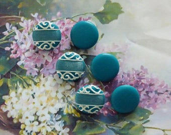 6 buttons of 22 mm covered with TURQUOISE lambskin leather