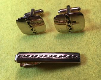 Stylish Mid-Century Gold tone Men's Cuff Links and Tie Bar / Cuff Links are 18mm/ Like New Condition <>BCEB-450