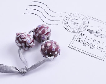 Violet-white-patterned beads