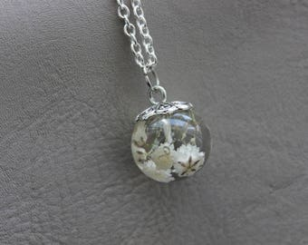 Necklace 62 cm + pendant sphere 1.8 cm in resin and dried baby's breath white flowers