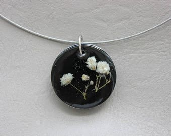 Round neck + pendant 3 cm resin and dried baby's breath flower round white