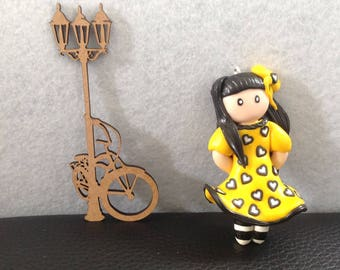 Yellow and black doll: long necklace - black bow