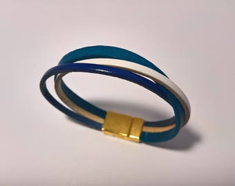 Woman leather strappy blue and white with metallic femoir Gold Bracelet
