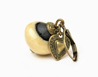 Boucles d'oreilles dormeuses avec perles en céramique Raku couleur miel et breloques coeur martelé en métal bronze