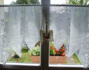 Crochet curtains, roses pattern.