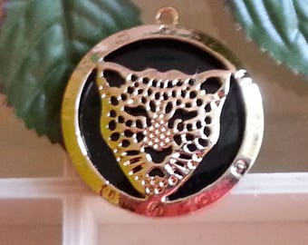 alloy resin pendant, round dish with Leopard print / Cheetah, gold, black, 47 x 43 x 4 mm, hole: 2 mm.