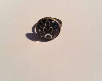 Adjustable ring cabochon, black and white pattern