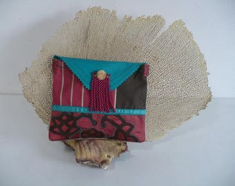 For larger handbags, a small series of pouches in silk and velvet
