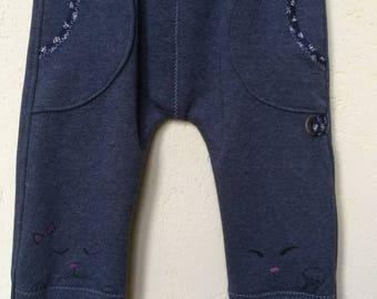Petit pantalon en molleton T 3 ans, dessins à la main au bas du revers