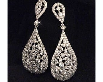 Beautiful drop earrings.. pear shaped with stunning cubic zirconia crystals..