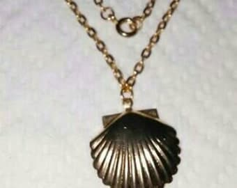 Vintage goldtone seashell 15/16 inch long x 7/8 inch wide pendant necklace with 18.50 inches long chain.
