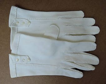 1960s White Cotton Gloves with 3 Tiny Buttons, size 6-1/2