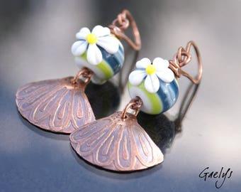 Marguerite - boucles d'oreille lampwork fleurie - verre et cuivre - Style Bohême - gravure à l'eau forte - bo gaelys