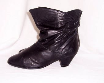 Sz 8.5B Vintage short black leather 1990s women flare out slouch ankle boots.