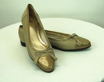 1980s flats Amalfi by Rangoni cut out leather patent leather bow on toe spectators Size 9.5 N  or 8.5 Medium