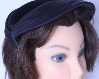 1950s velvet and satin  cocktail hat  in black with side grips