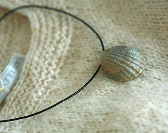 Simple shell pendant necklace with pearl shine