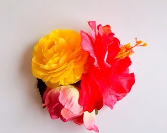 Large colorful hawaii fascinator with hibiscus and ranunculus in pink and yellow. Flower boho hairclip. Romantic raceday teaparty