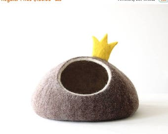 Cat bed with crown, cat cave felt, cat lover gift, pet basket, small dog bed, pet bed for couch, pet furniture, modern cat bed house bedding