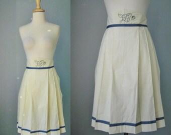 Linen Apron / Vtg / Crisp Knife Pleated Embroidered Linen Apron / Ivory Linen Apron with blue trim
