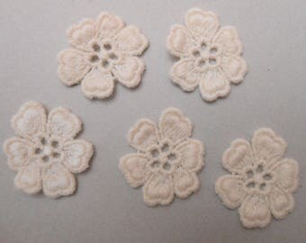 5 attractive ecru lace flowers of 2.8 cms