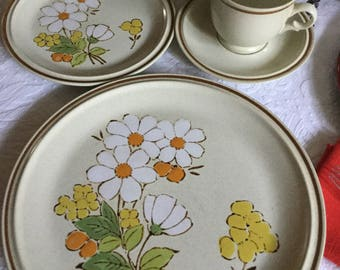 Four Pieces-Hearthside Stoneware Japan Floral Expressions-Daisy-Summertime-Dinner/Salad/Cup/Saucer Set