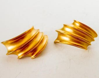 Vintage Matte Gold Ribbed Earrings           Gold Tone