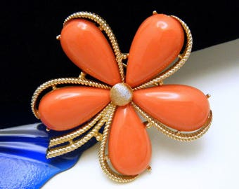 Crown Trifari Daisy Brooch 1960s Faux Coral Lucite Cabochons Gold Tone