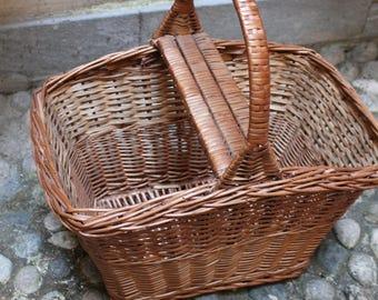 Vecchia cesta, cestino da pic nic in vimini con comodo manico per il trasporto. Acquistato in Francia. Perfette condizioni