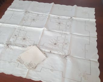 Beautiful vintage linen tablecloth embroidered cutwork, 4 matching napkins