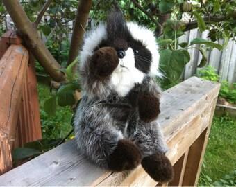 La - Z - Boy Raccoon Plush Toy 1991 / Stuffed Animal Sitting Raccoon Toy