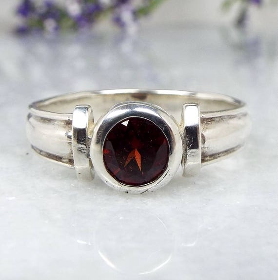 Vintage / Sterling Silver Chunky Wide Band Deep Red Garnet Solitaire Ring Size S 1/2