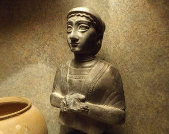 Sumerian art -statue - Wife of Gudea sculpture from Lagash.