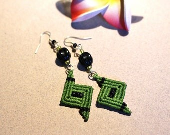 Chic micro macrame, green and pearl earrings with black glass