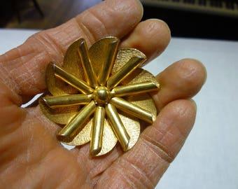 K33 Vintage Gold Tone Flower Pin.